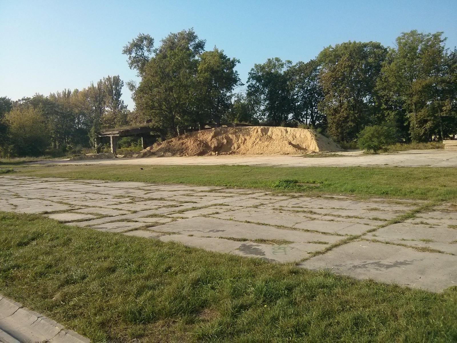 Składowisko ziemi w sąsiedztwie pasa startowego dawnego lotniska w Czyżynach