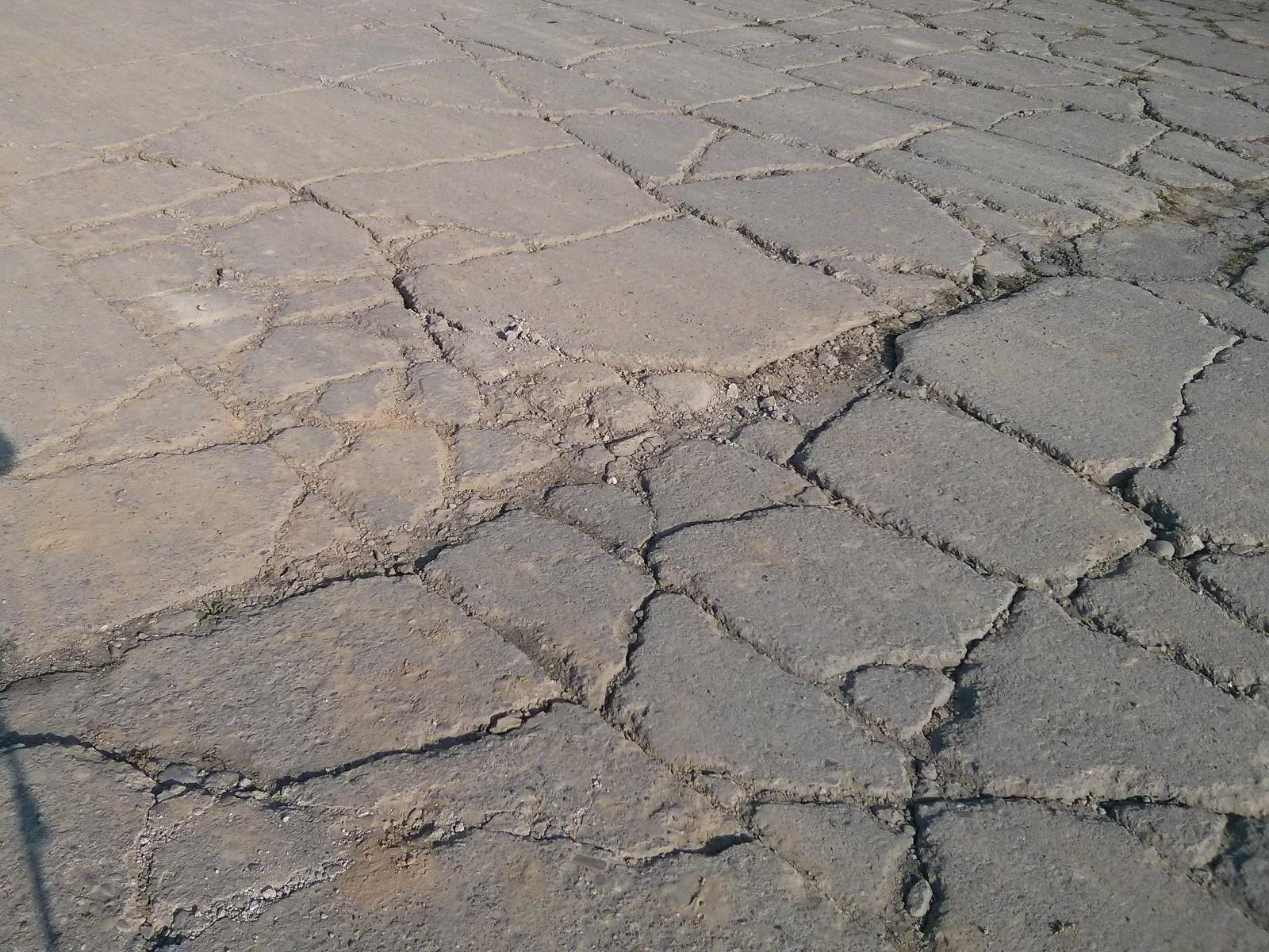Pas startowy lotniska w Czyżynach - zniszczona przez ciężarówki nawierzchnia