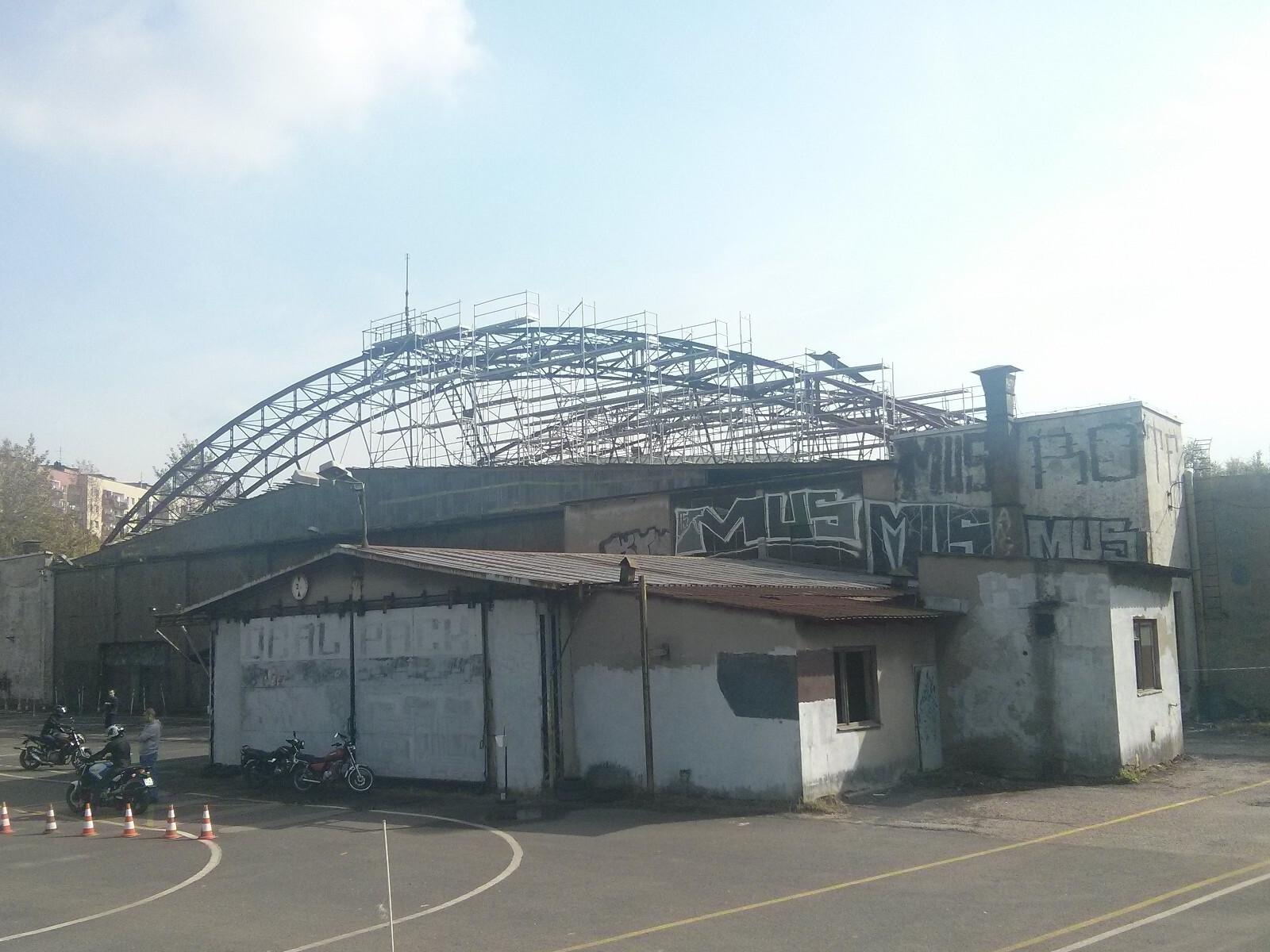 Rusztowanie na dachu zabytkowego hangaru w Krakowie Czyżynach