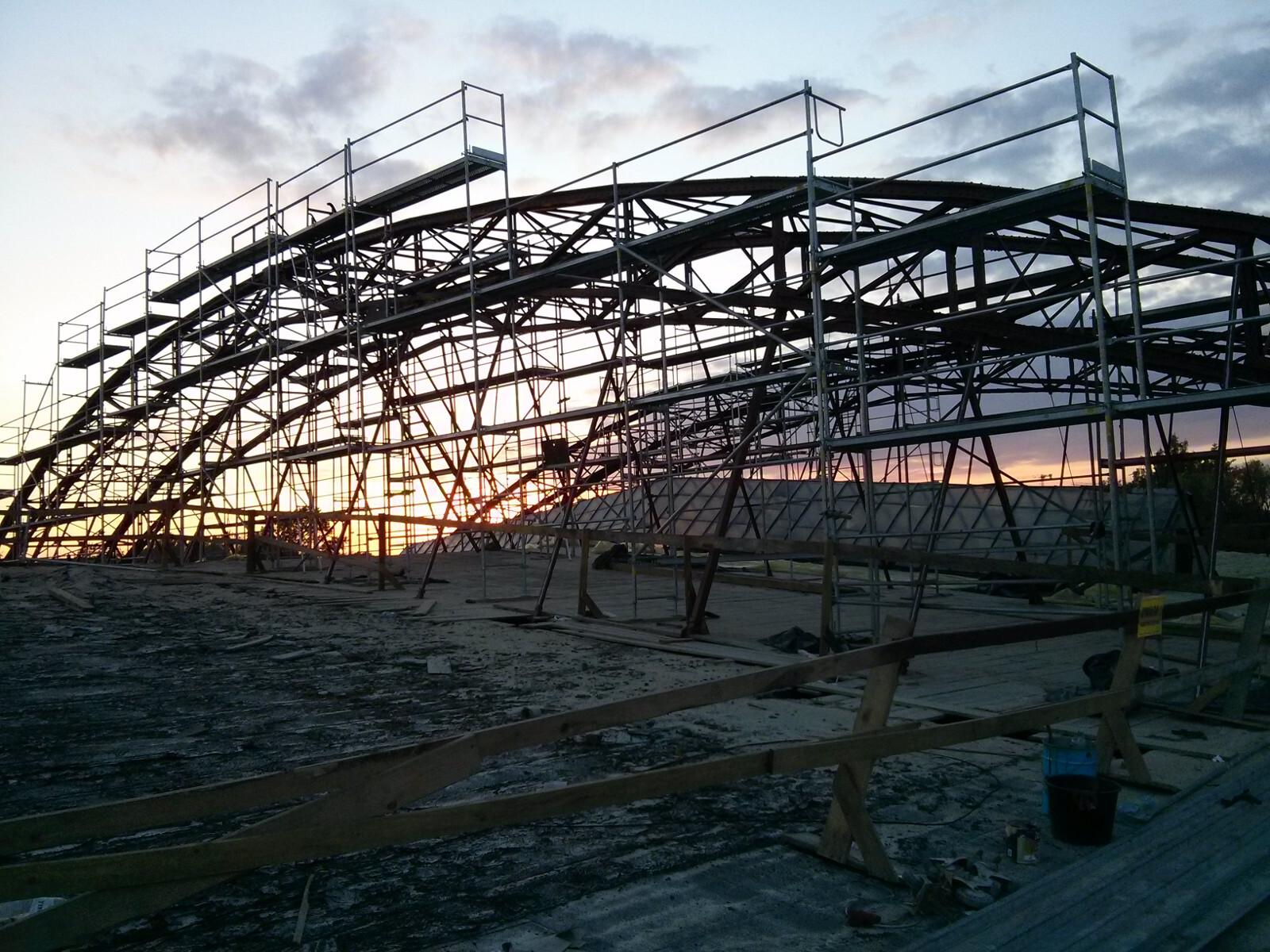 Remontowany dach hangaru lotniska w Krakowie Czyżynach