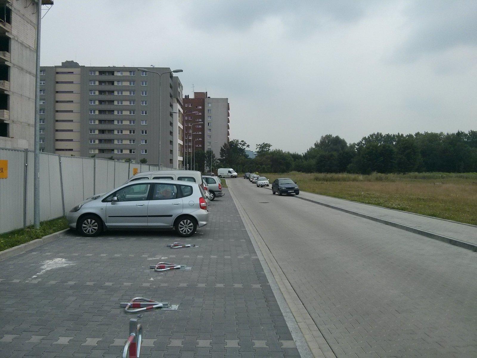 Samochody parkujące na osiedlu Avia i Orlińskiego