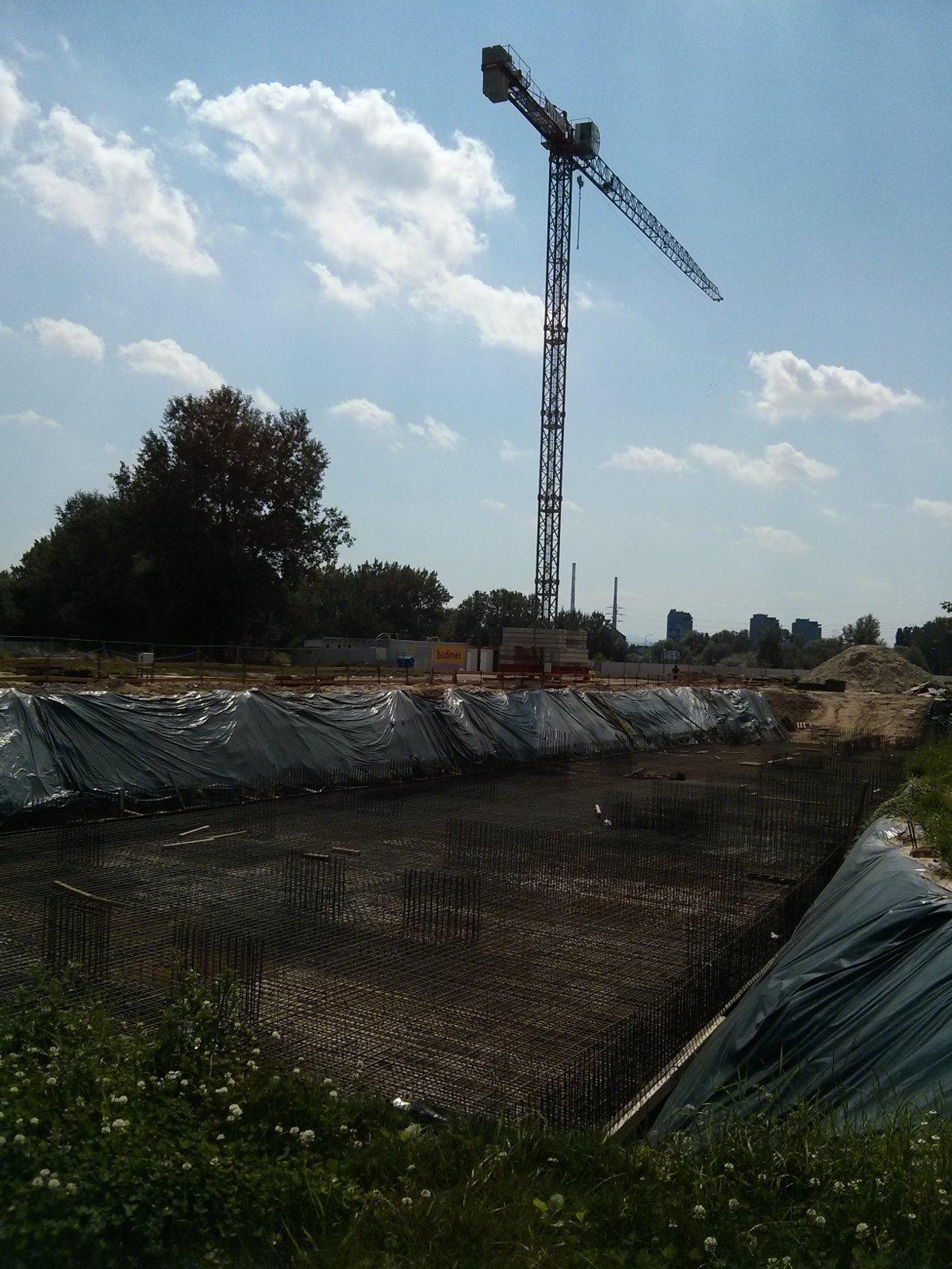 Sprzęt budowlany na inwestycji Budimexu w Czyżynach