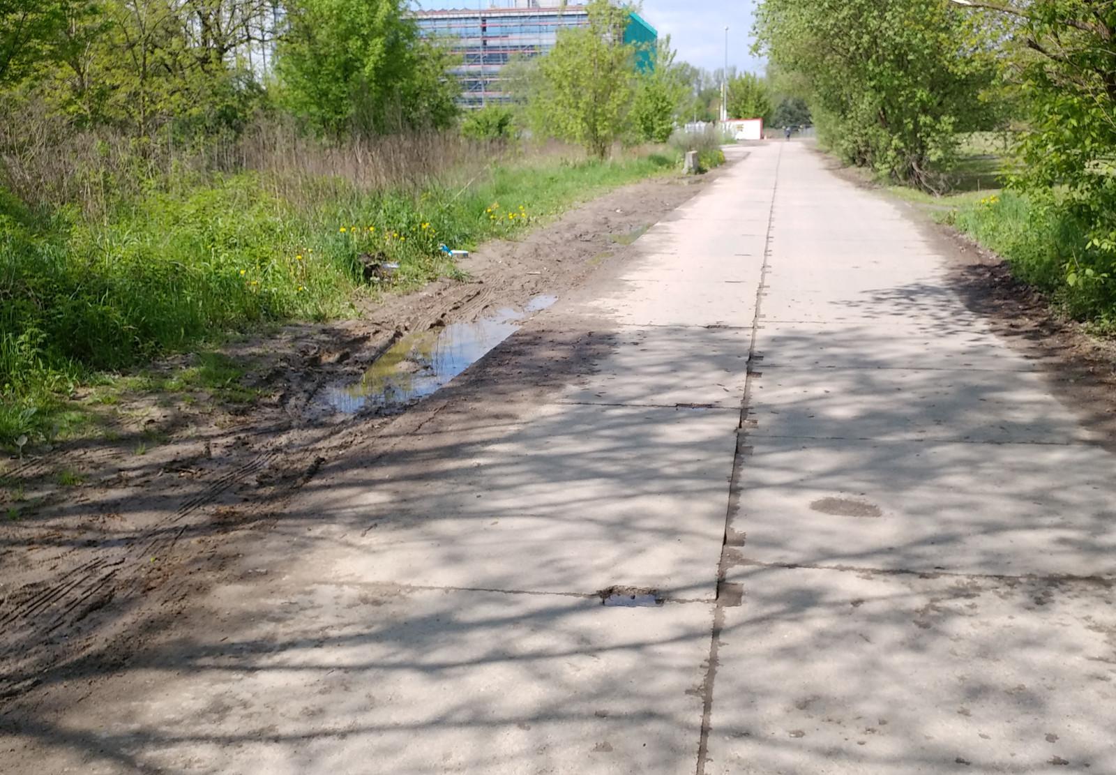 Błotnista droga do biurowców w Krakowie Czyżynach