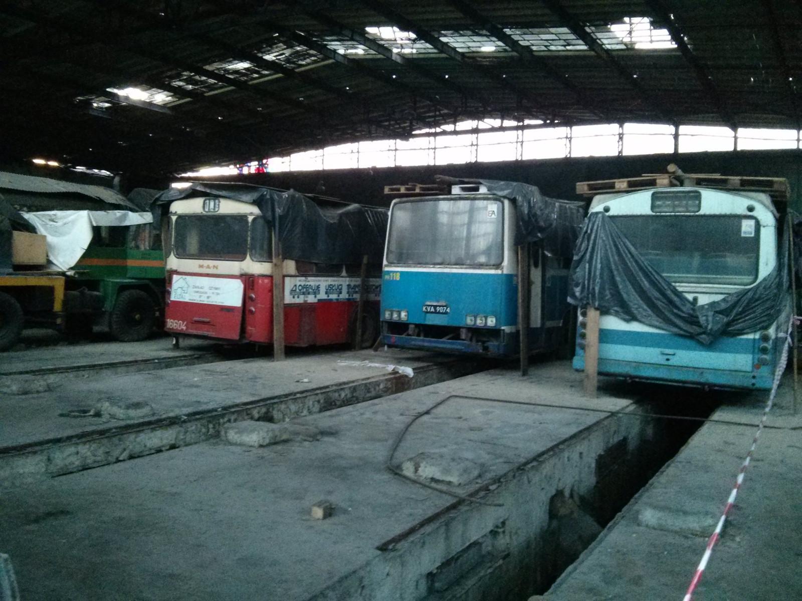 Stare autobusy stojące w Muzeum Inżynierii Miejskiej w Krakowie Czyżynach