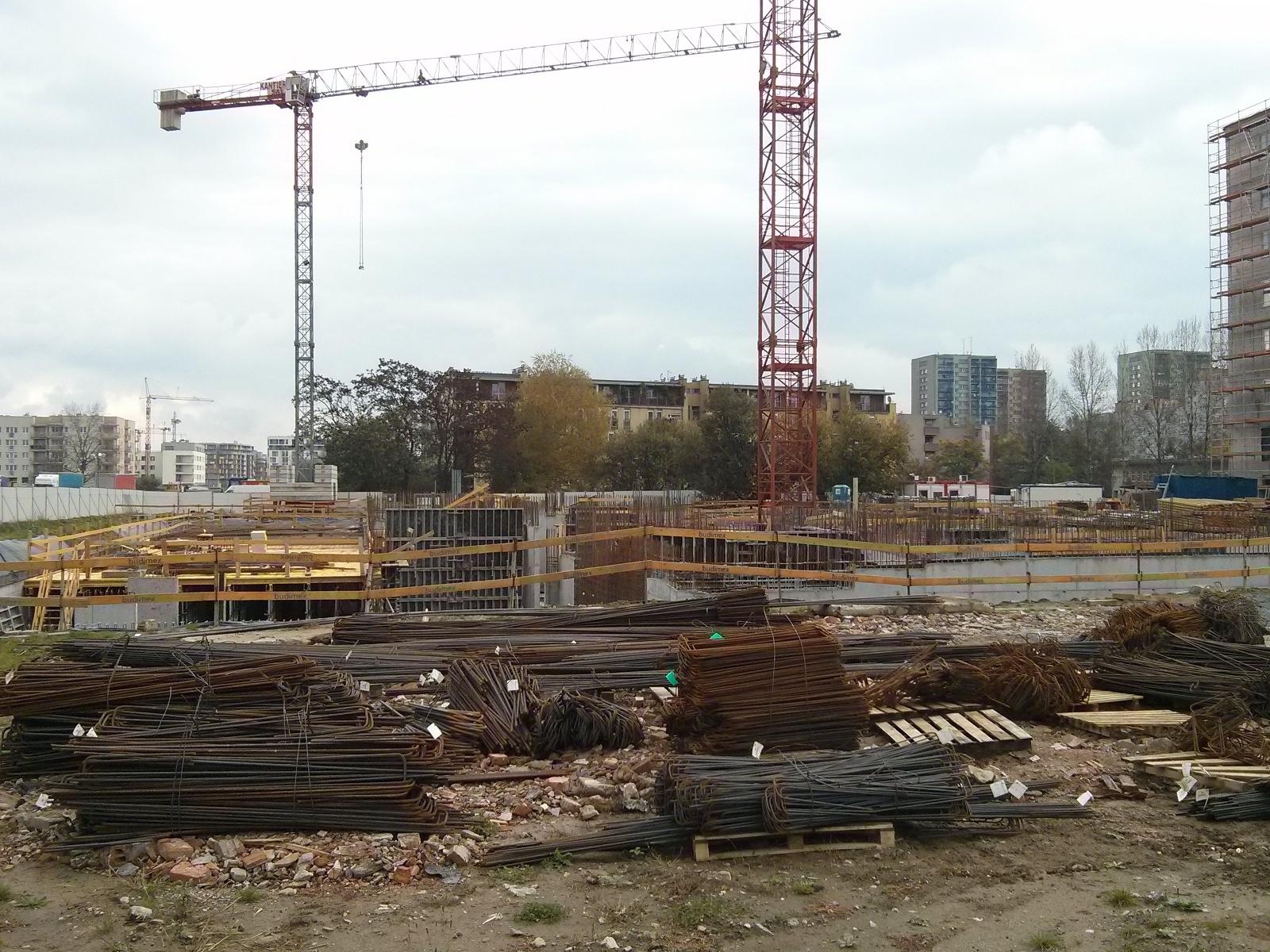 Plac budowy osiedla Avia III oraz przygotowane pręty na zbrojenia