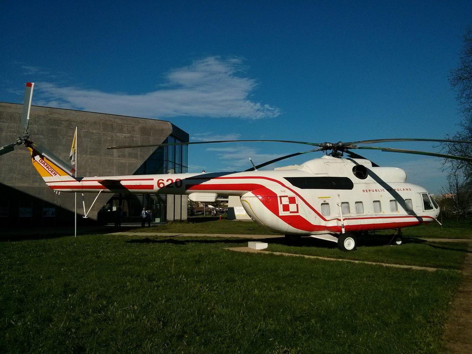 Helikopter, którym latał papież w Muzeum Lotnictwa