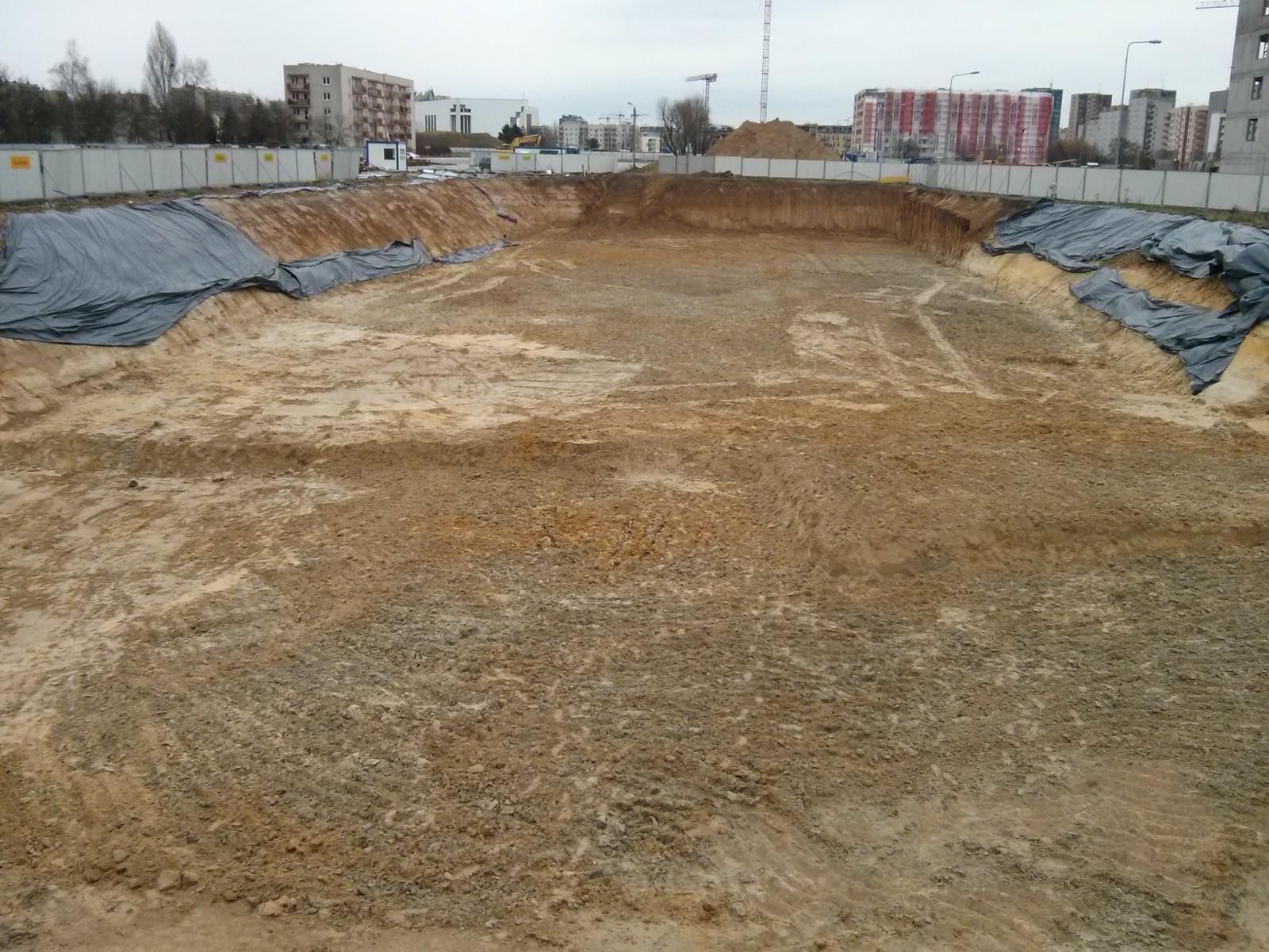 Prace ziemne w wykopie pod budowę nowych mieszkań w Czyżynach na Orlńskiego 1
