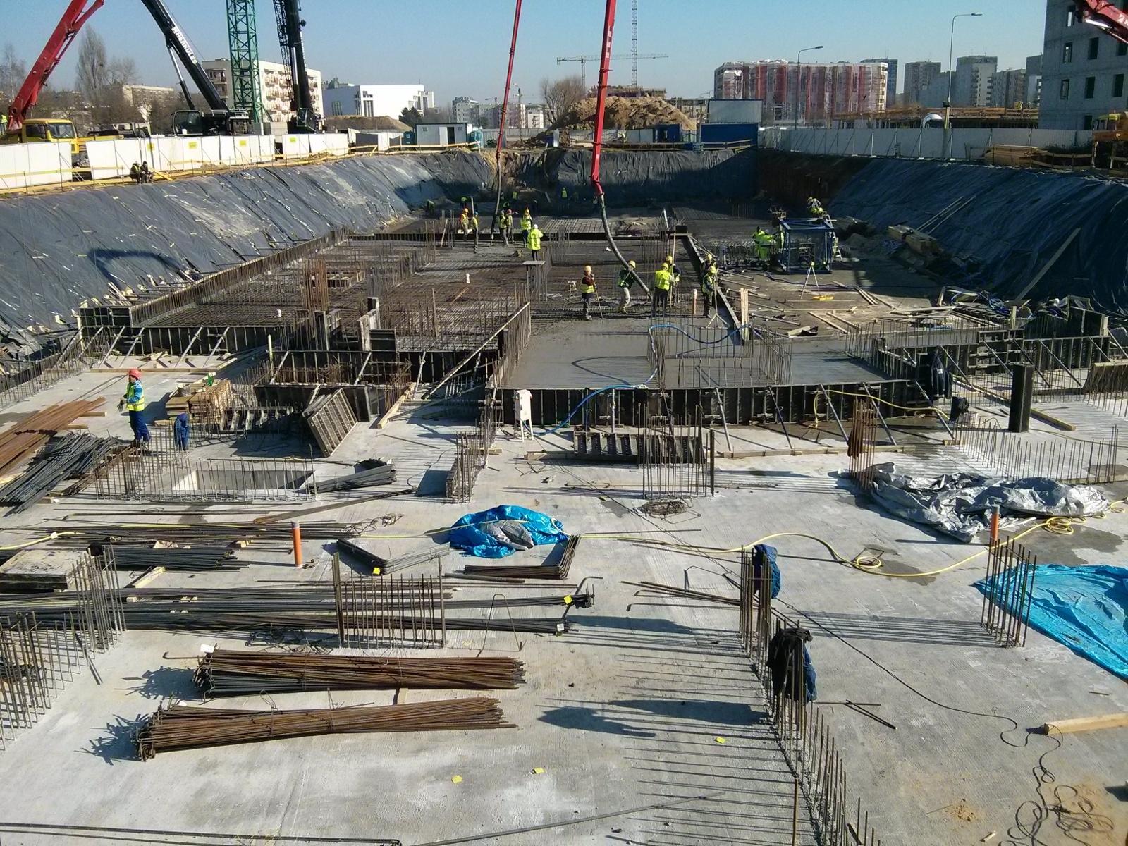 Zbrojenie i betonowanie w wykopie pod nowy budynek na Orlińskiego 1