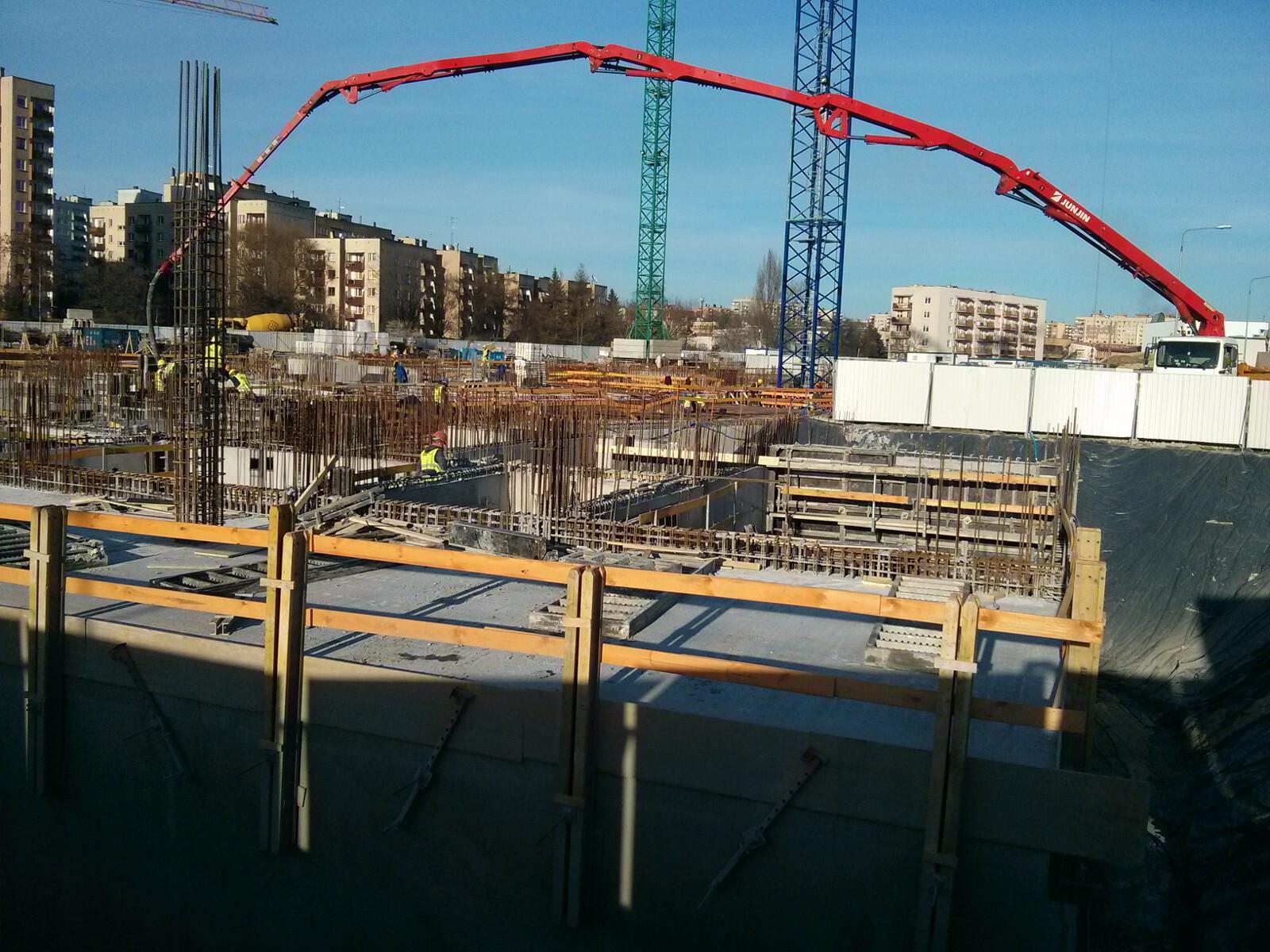Budimex przy pomocy pompy do betonu zalewa płytę na inwestycji Orlińskiego 1