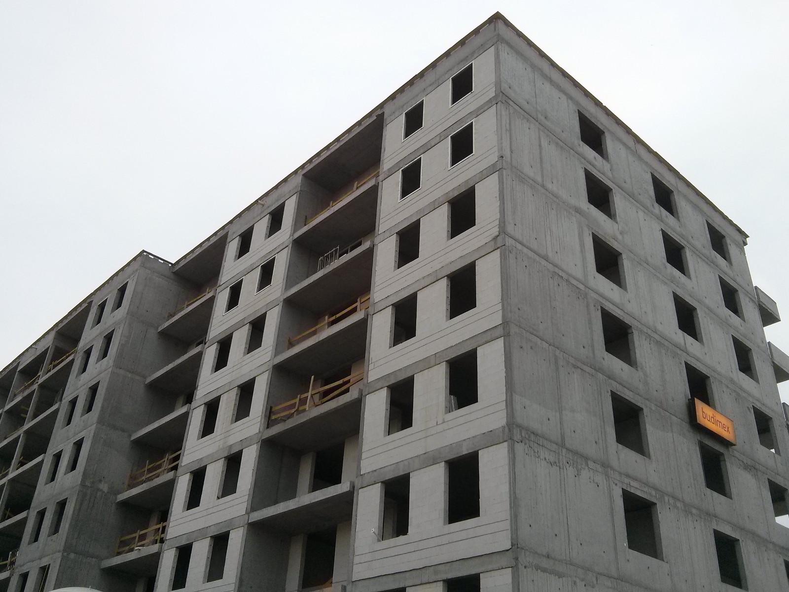 Wstawianie okien w budynku Orlińskiego 4 w nowych Czyżynach
