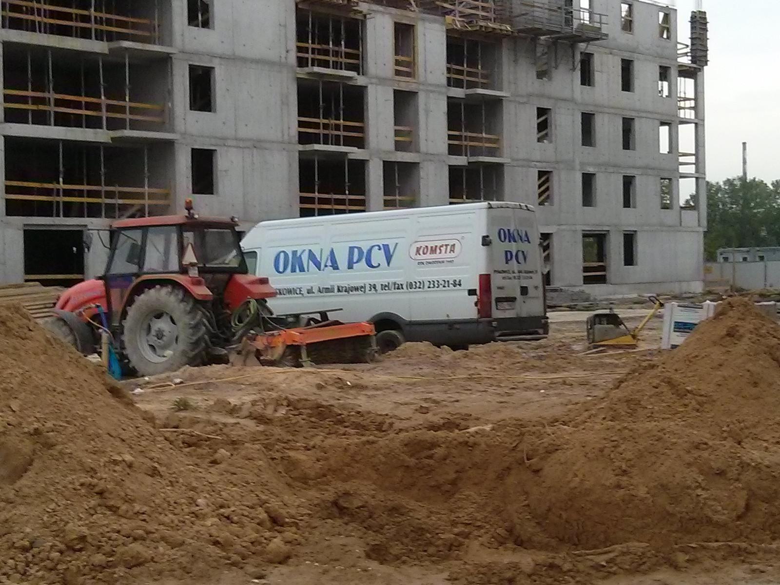 Samochód firmy produkującej okna dla inwestycji Orlińskiego 4