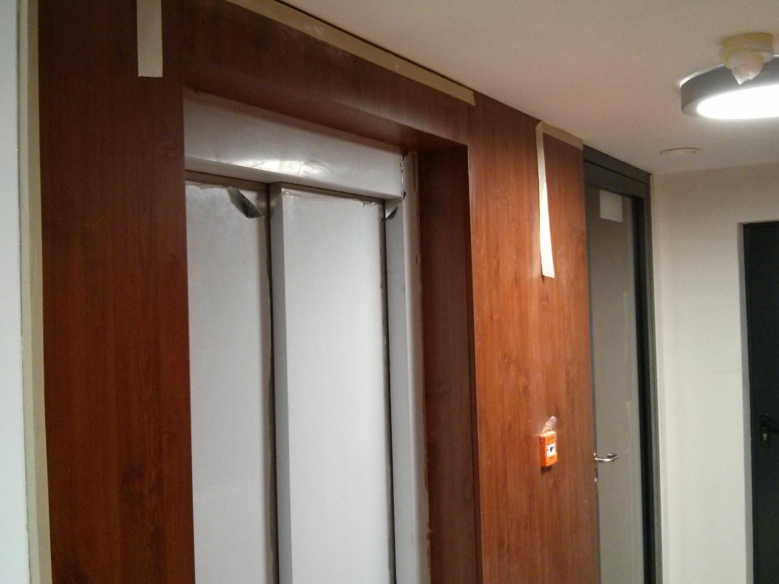 Drzwi rozsuwane do windy zamontowane przez Budimex na osiedlu Avia 4