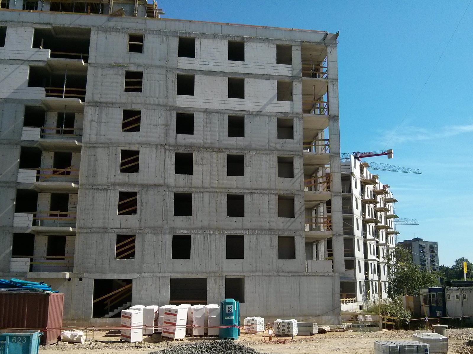 Kończenie wznoszenia konstrukcji bloku Orlińskiego 6 w Czyżynach