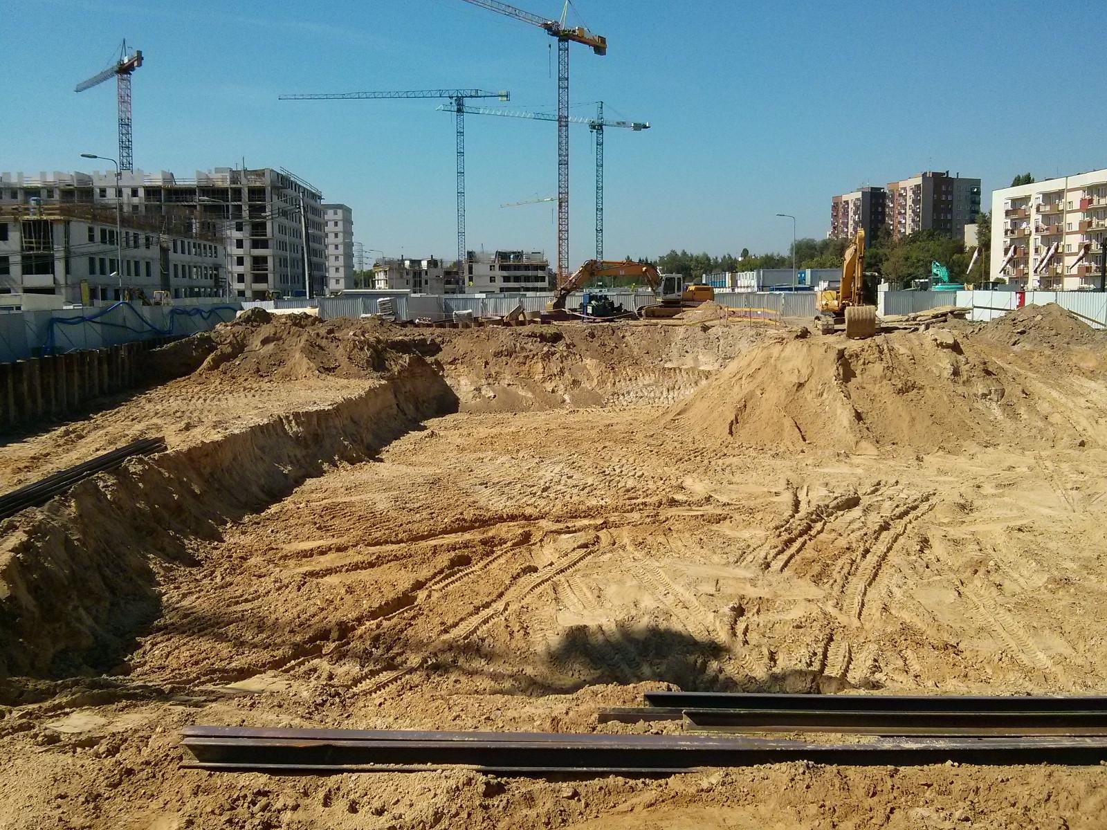 Wykop powstający w ramach budowy inwestycji Orlińskiego 5 w Czyżynach