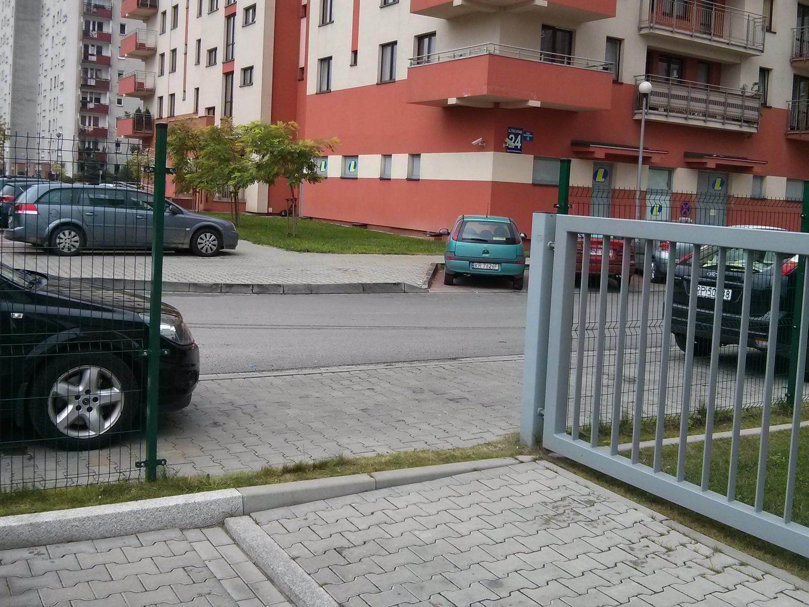 Częściowo zdemontowany płot wokół Osiedla Avia w Krakowie