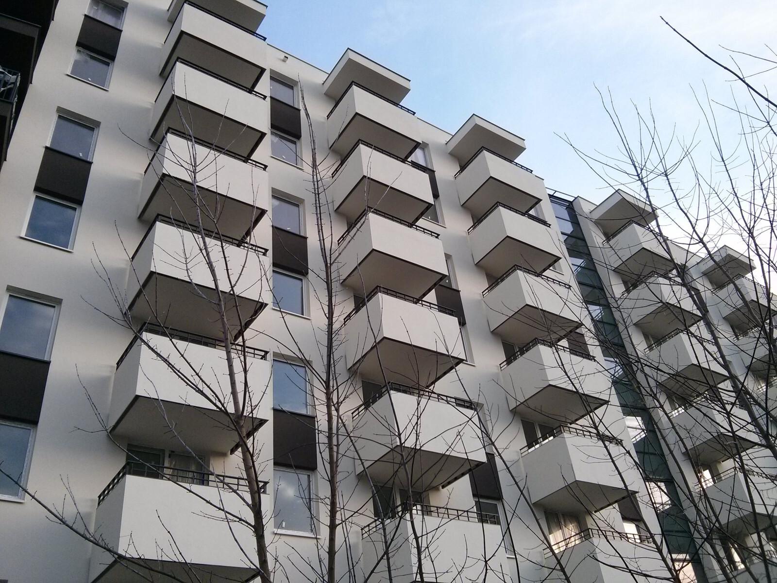 Zabudowane balkony w nowych tanich mieszkaniach w Czyżynach