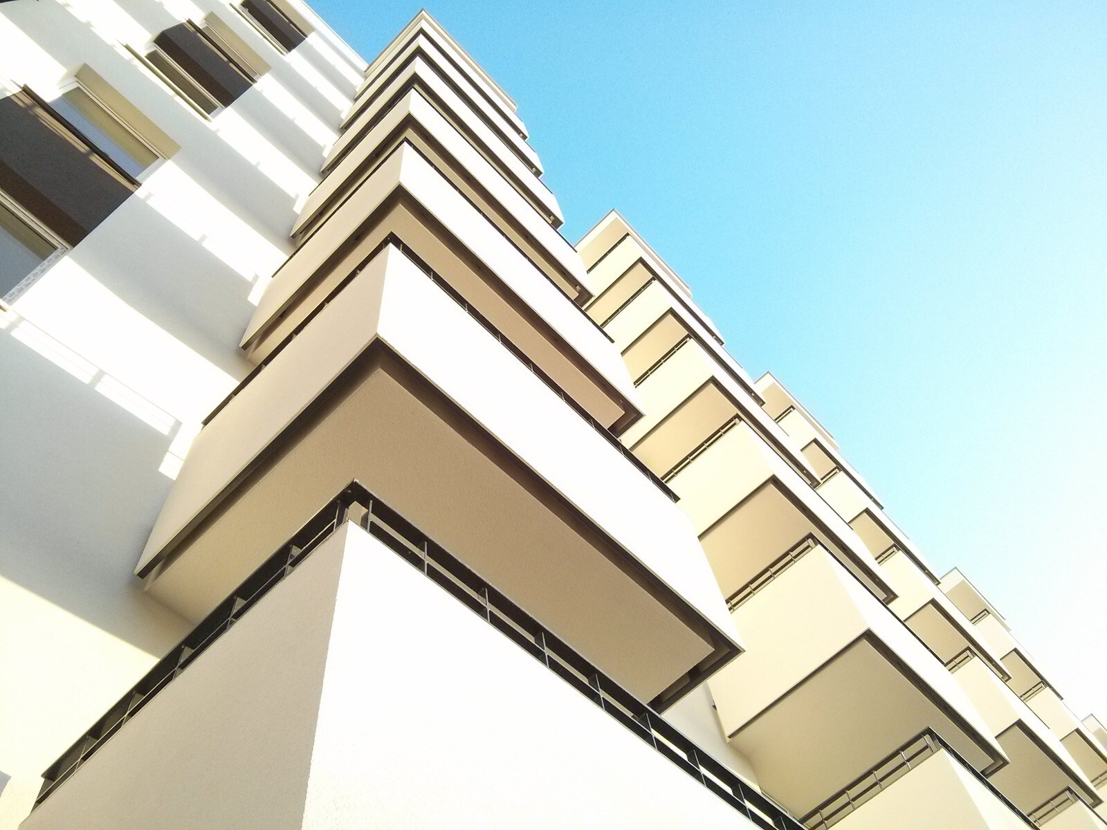 Zachodnia elewacja nowego bloku z mieszkaniami w Czyżynach