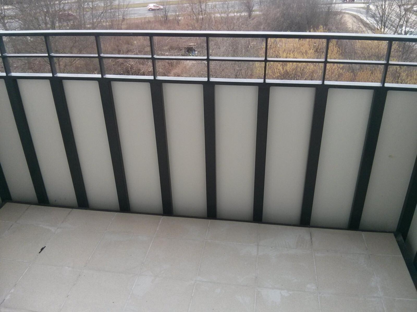 Balkony przy mieszkaniach w bloku na Orlińskiego 4