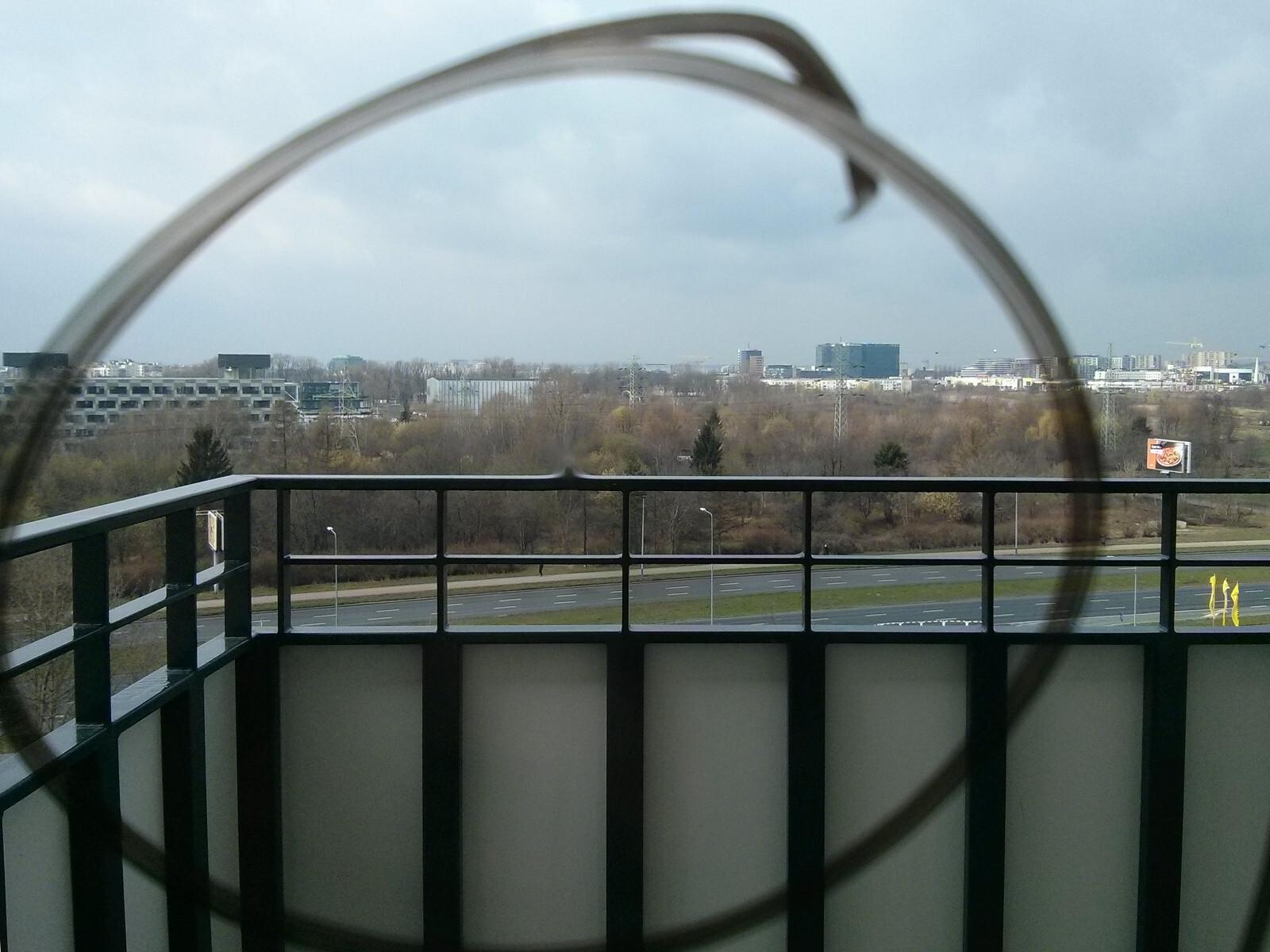 Wada fabryczna na szybie na osiedlu Orlińskiego w Krakowie