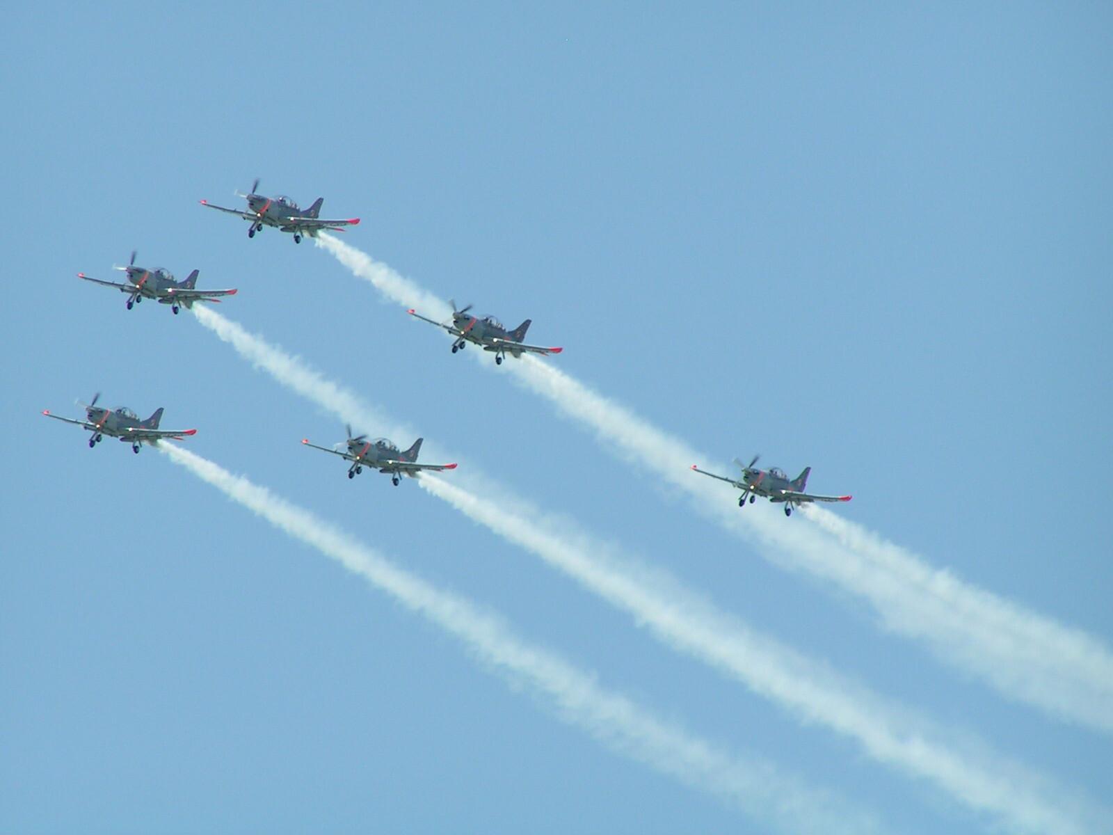Akrobacie lotnicze nad Krakowem podczas pikniku lotniczego