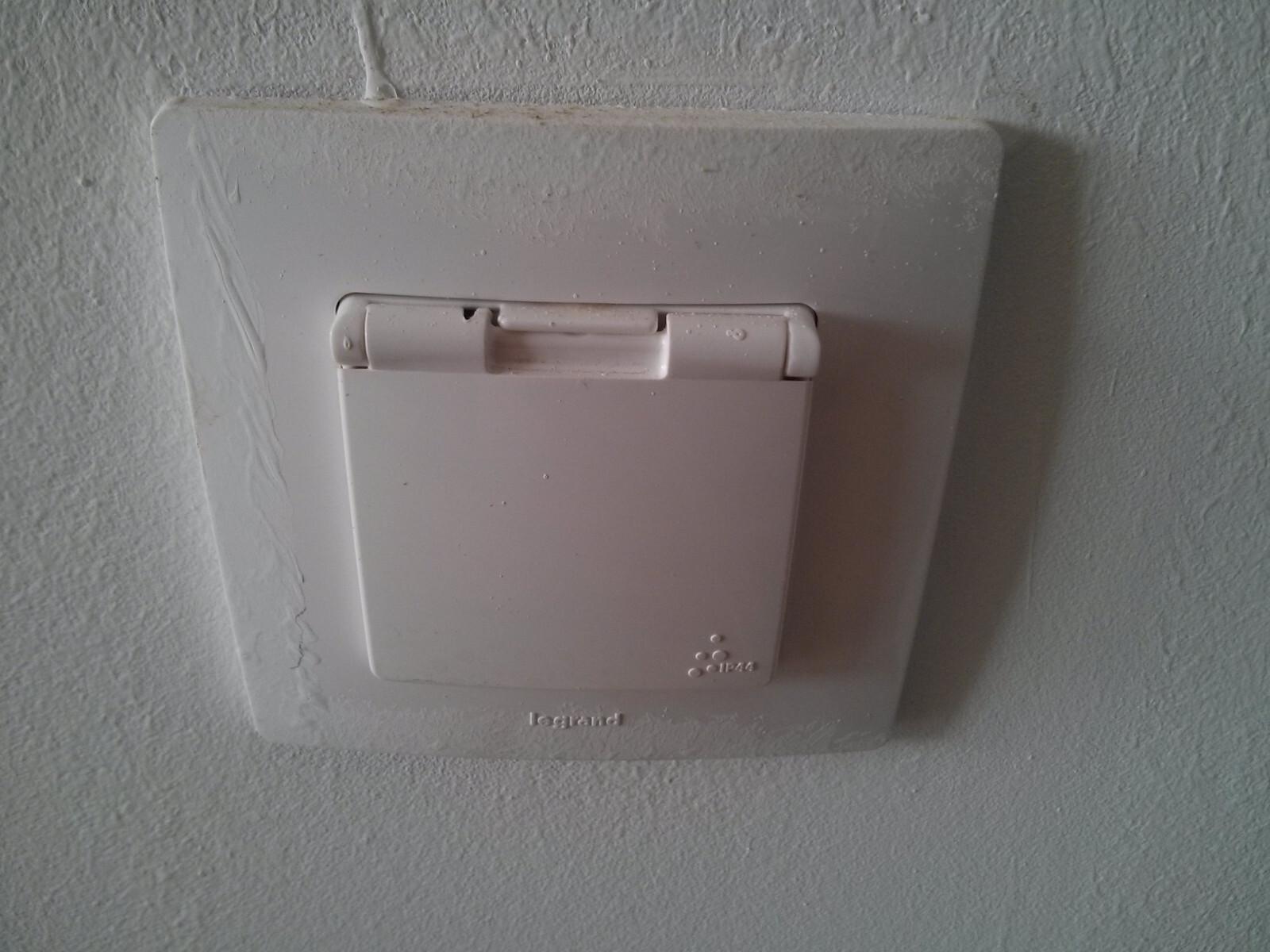 Opinie o mieszkaniach od dewelopera Budimex - zabrudzone gniazdka elektryczne